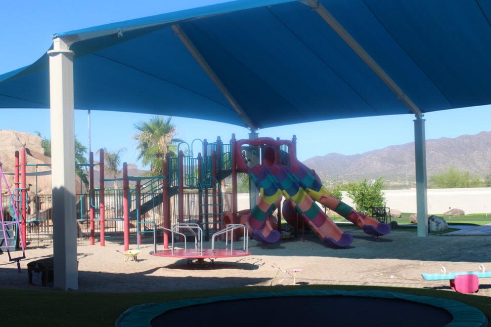 большой навес над детской площадкой