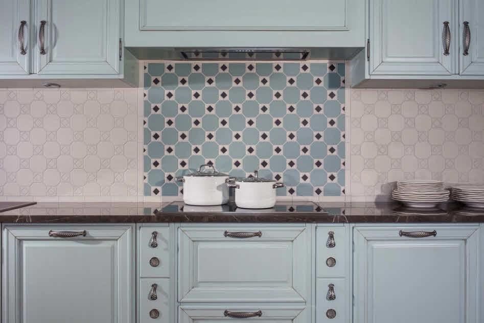красивая плитка на фартуке в кухне