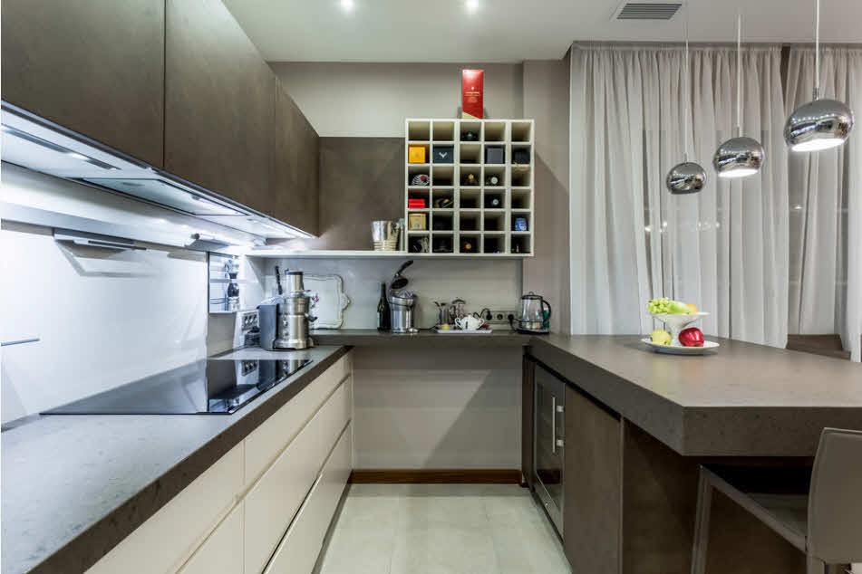 хранение бутылок в стене кухни