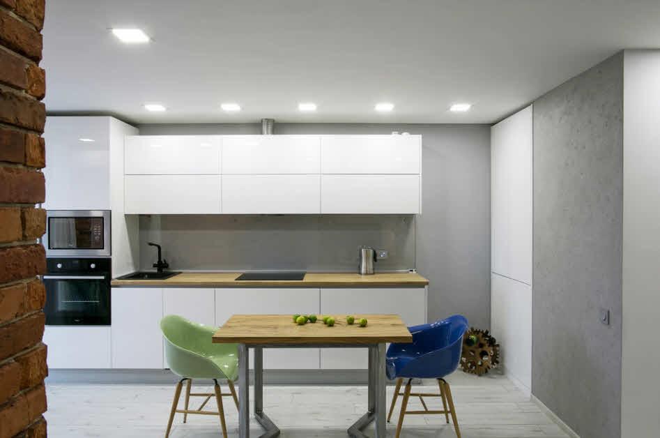 разноцветные кухонные стулья