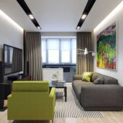 белая гостиная с большим серым диваном