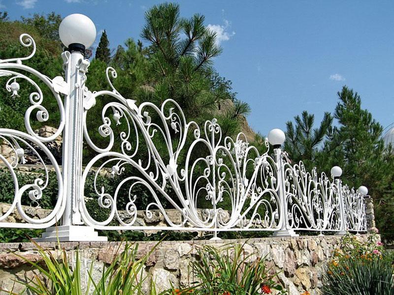 белая кованная оградка