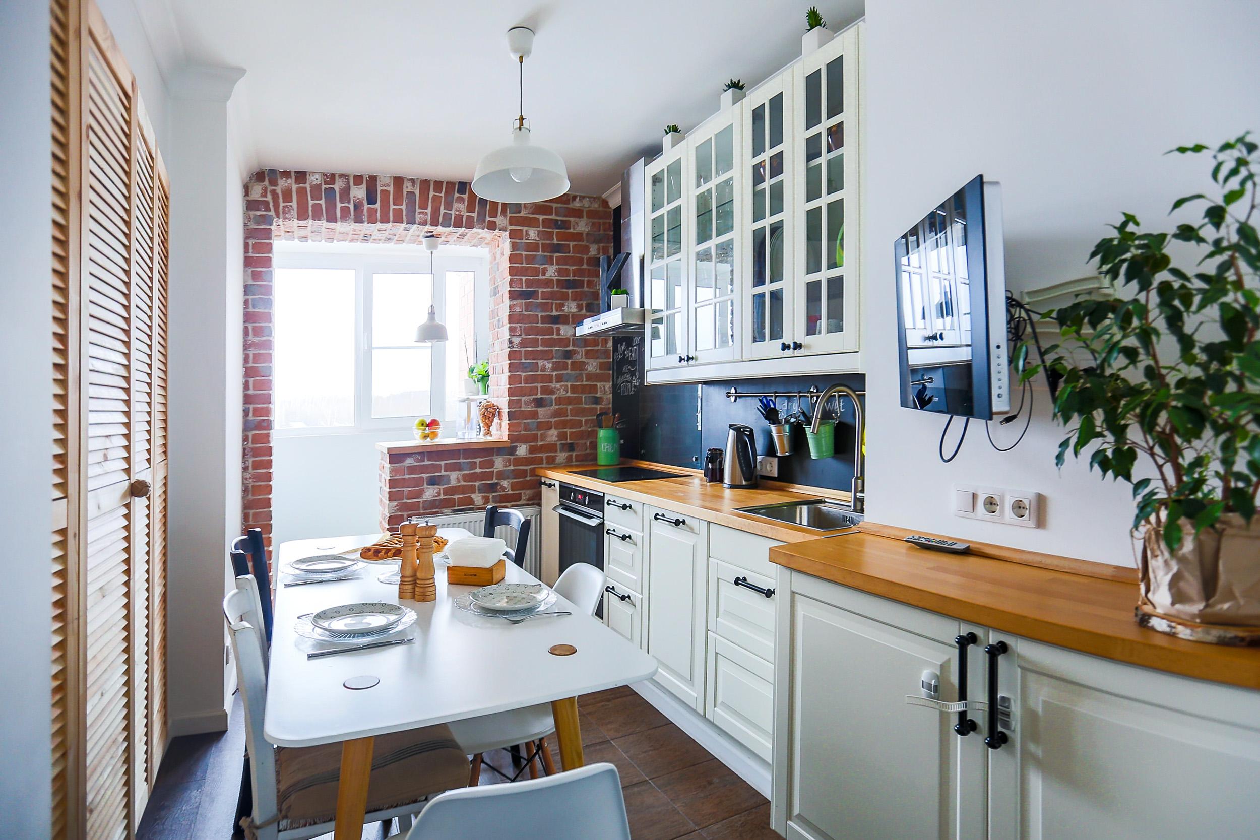 белая кухня с лоджией