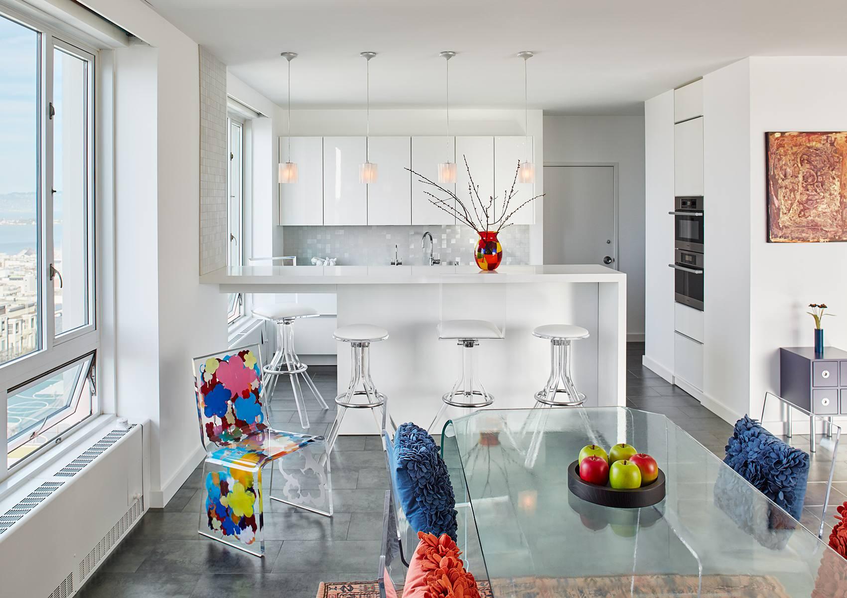 белая кухня с разноцветными элементами декора