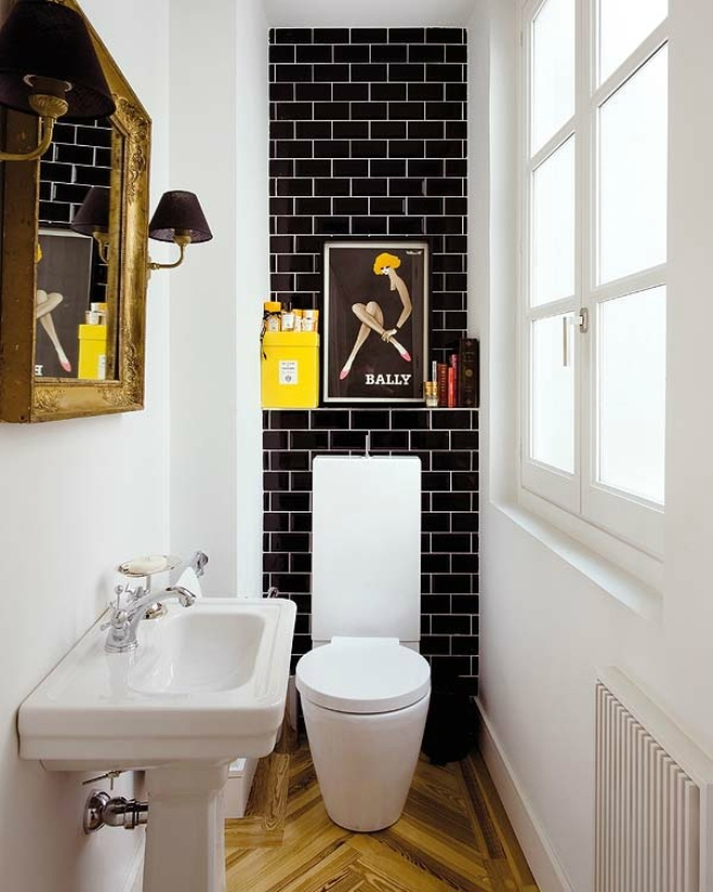 белые стены в сочетании с черной плиткой