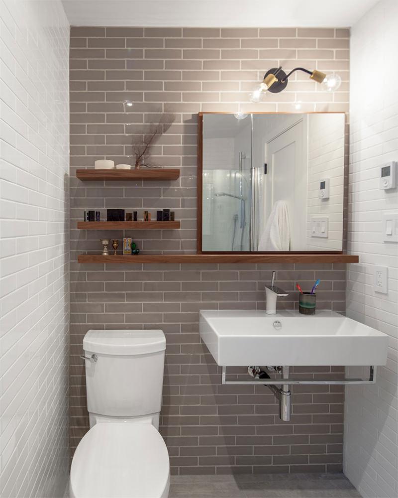 горизонтальная плитка в туалете на стене