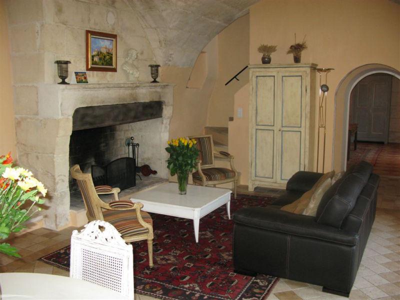 гостиная с диваном у камина
