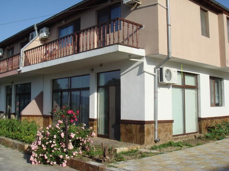 двухэтажный дом с палисадником под балконом