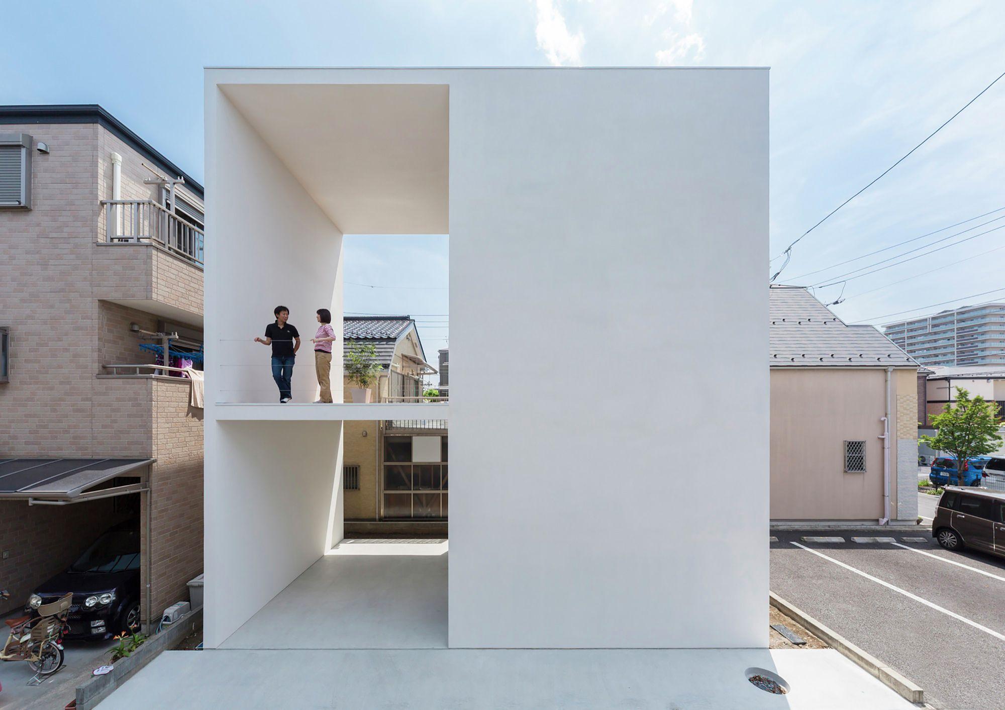 дом из белого натурального материала