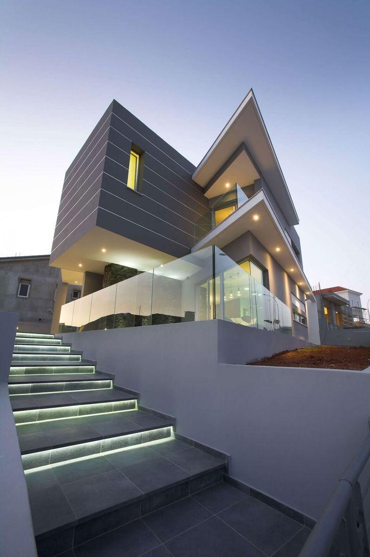 дом с лестницей на холме