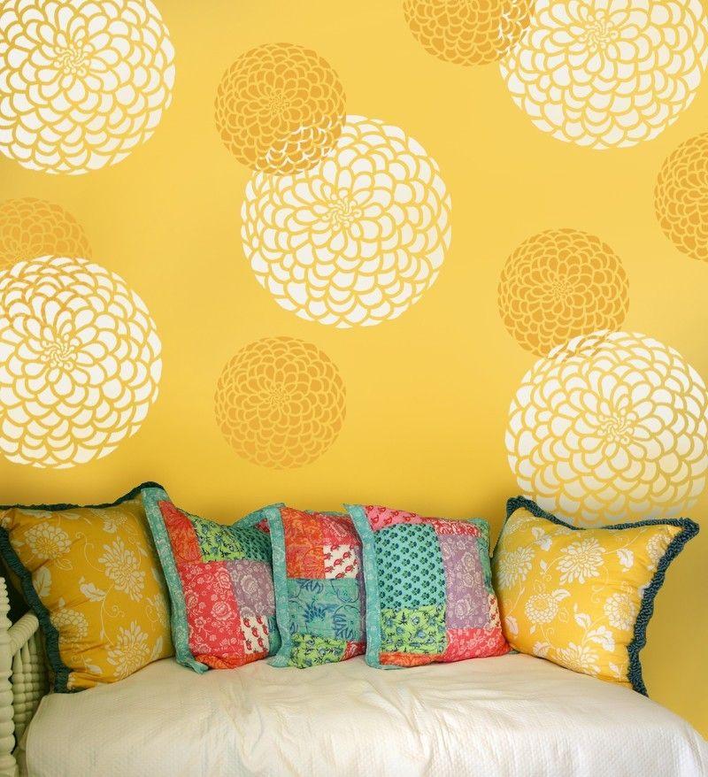 желтая стена с цветами