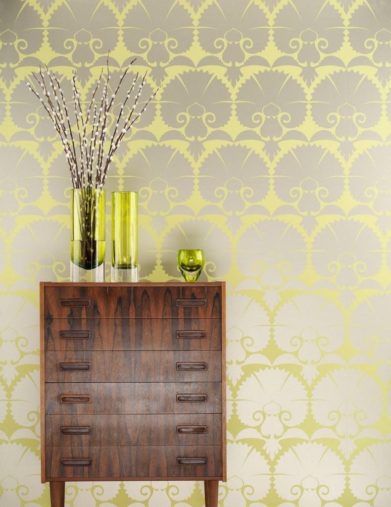 желтые цветы на серой стене