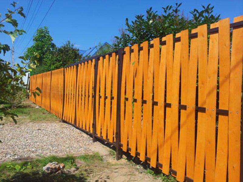 желтый деревянный забор