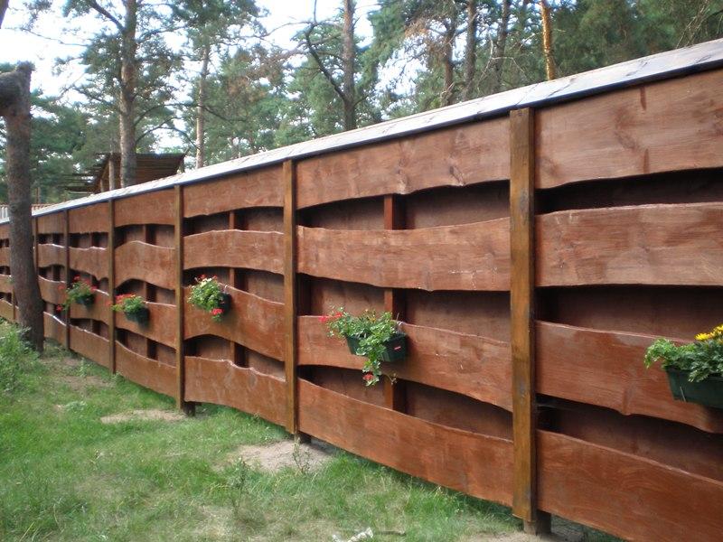 забор из бруса с цветами