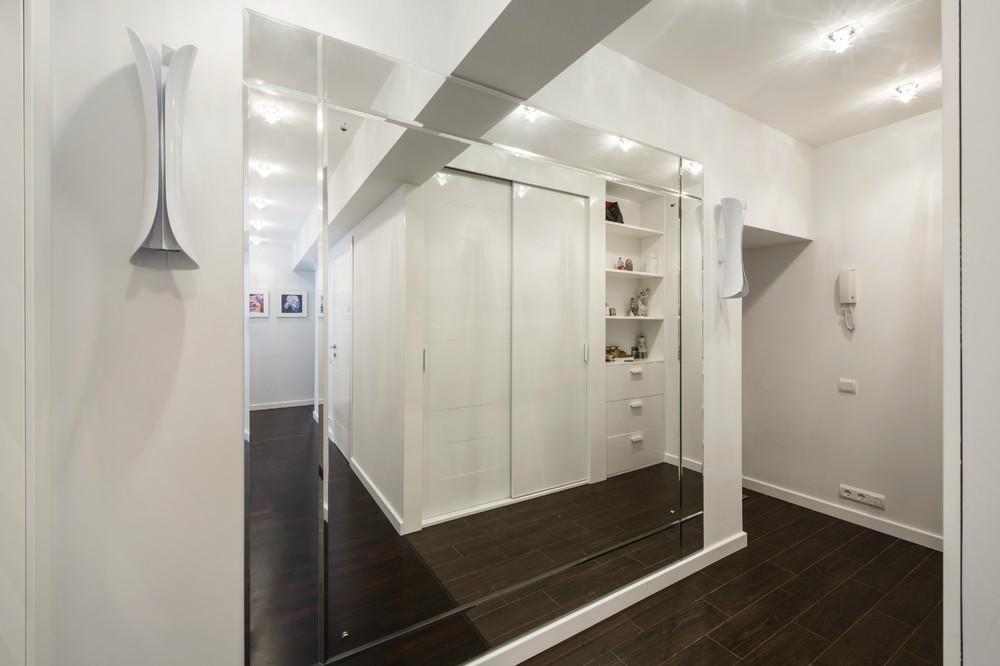зеркальная стенка для белой прихожей