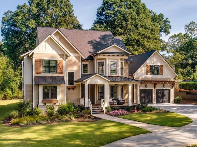 классический дом с лужайкой