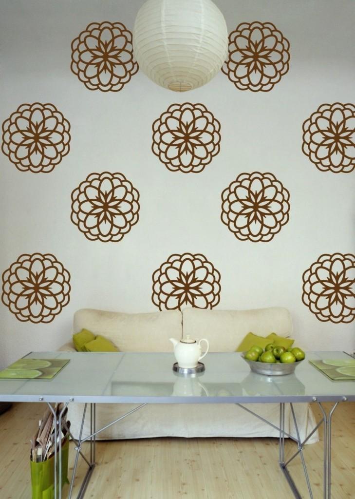 коричневые цветы на стене гостиной