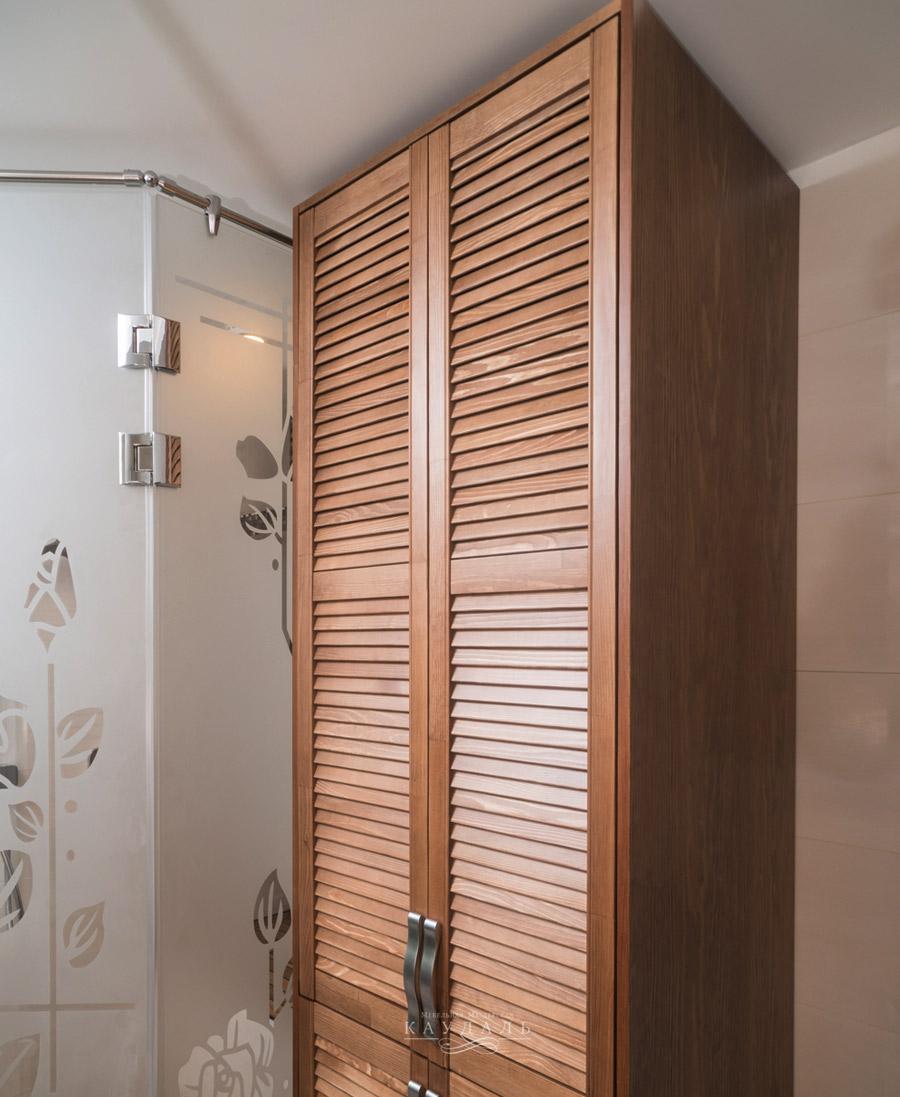 коричневый деревянный шкаф
