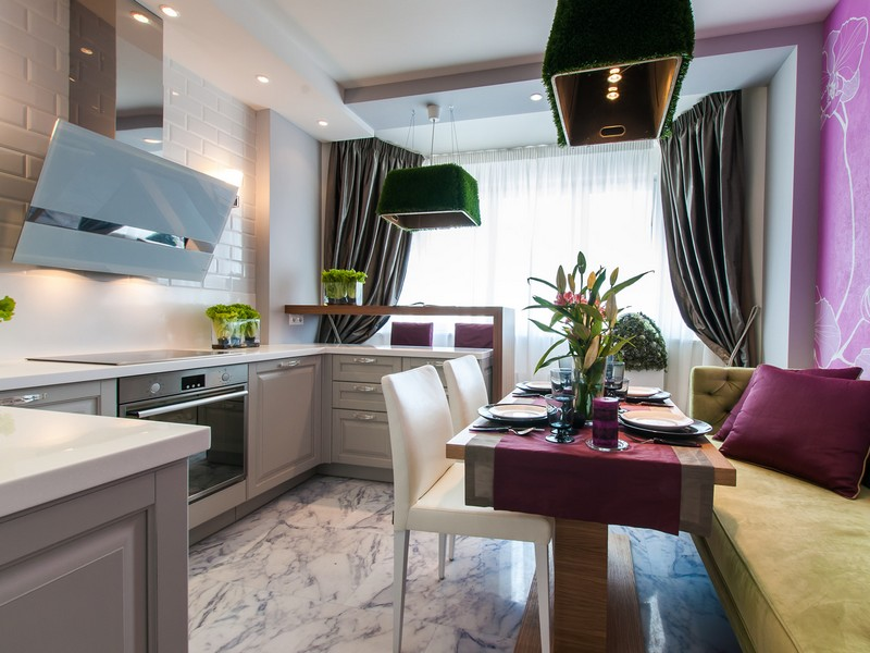 кухня объединенная с балконом с яркими акцентами декора