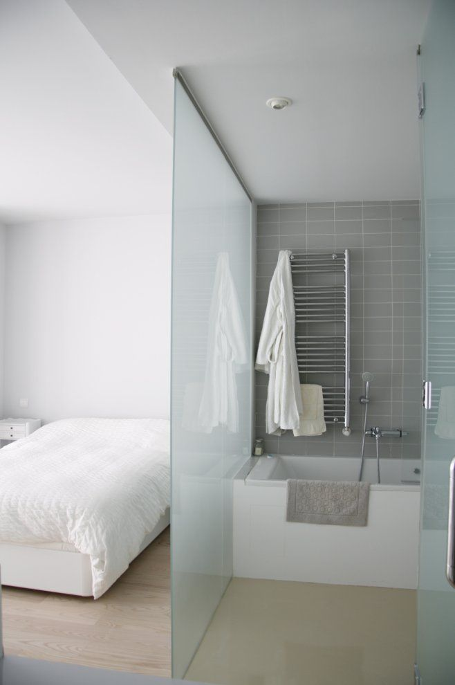 матовая между ванной и спальной