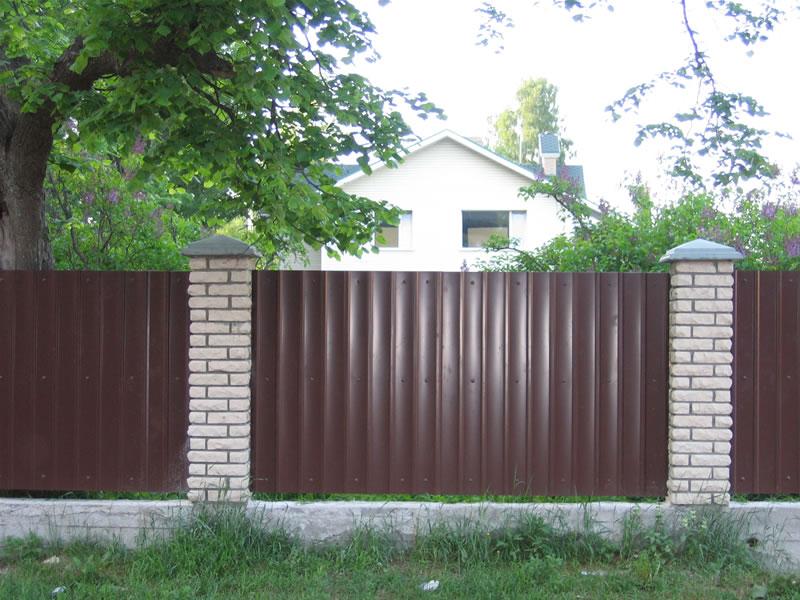 металлический коричневый забор