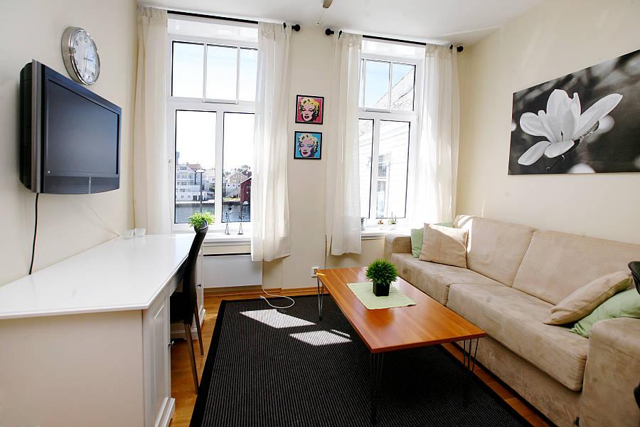 небольшая светлая гостиная комната