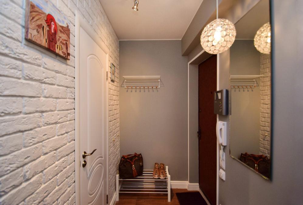 необычная прихожая с декорированными стенами