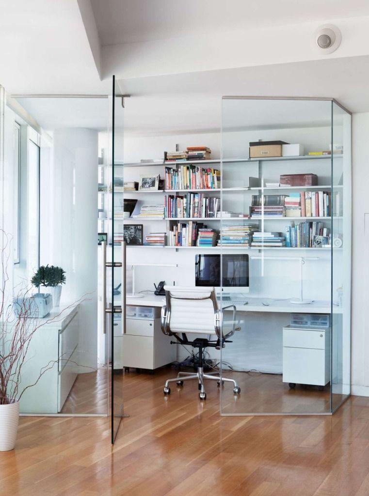 прозрачная стеклянная перегородка задает границы домашнего рабочего места