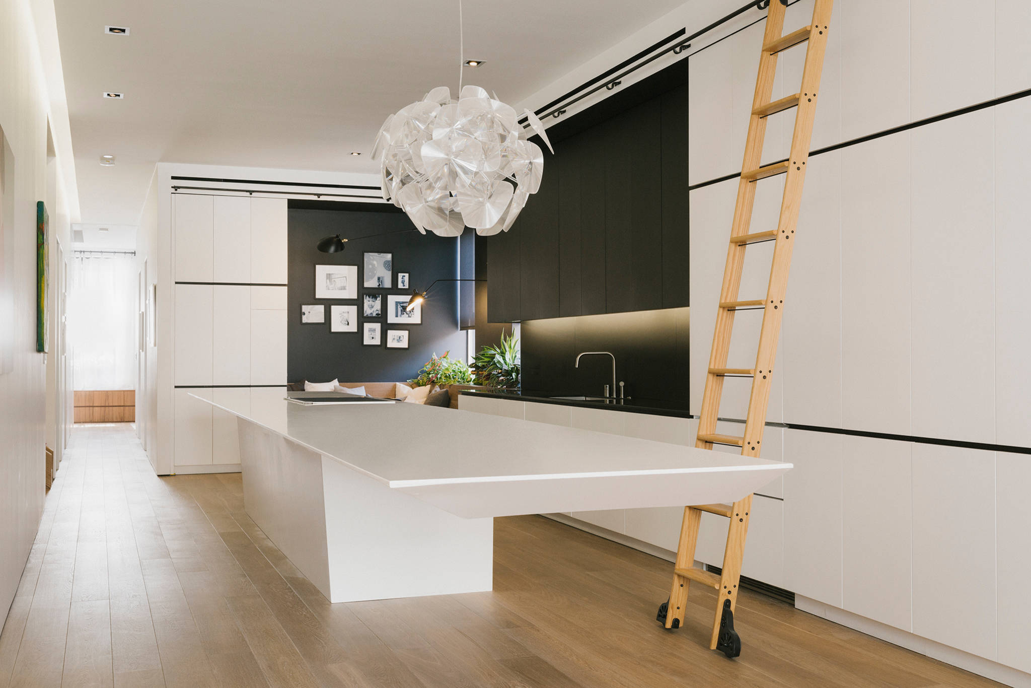 просторная гостиная с необычным бра на потолке