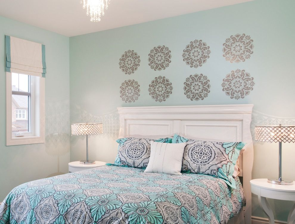 рисунок на стене у изголовья кровати