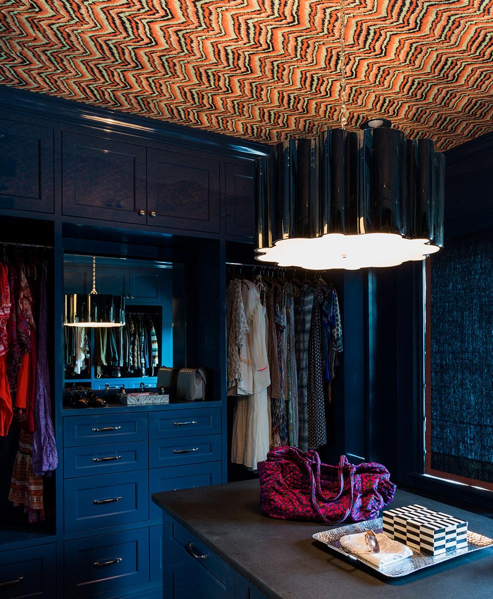 сочетание синей мебели с цветным потолком