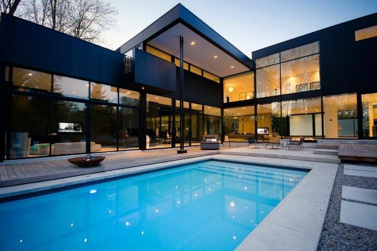 сочетание черного со стеклом в отделке двухэтажного дома
