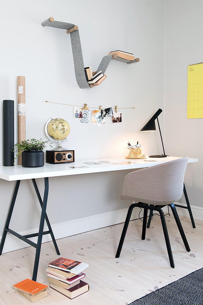уголок для работы в современном интерьере квартиры