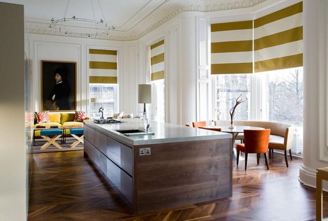 уютная комната с римскими шторами