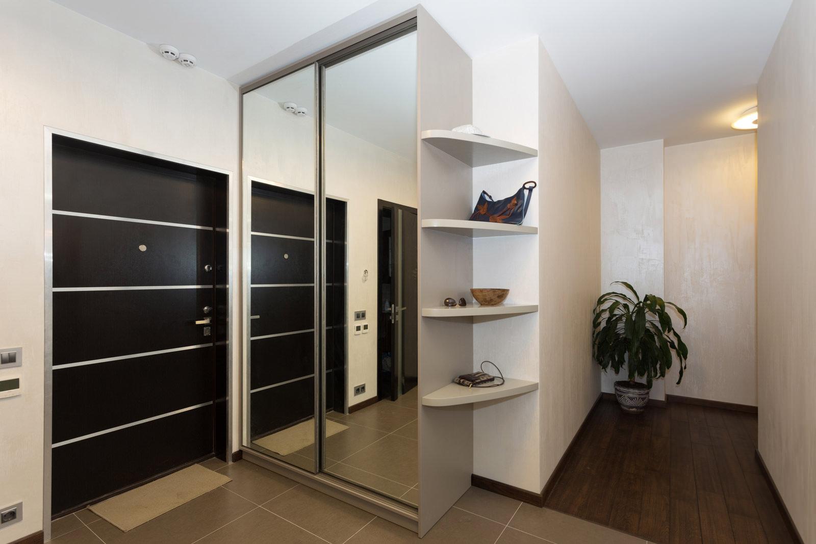уютная прихожая со встроенным шкафом