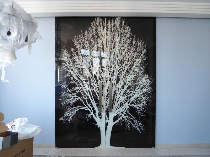 черная перегородка с изображением дерева