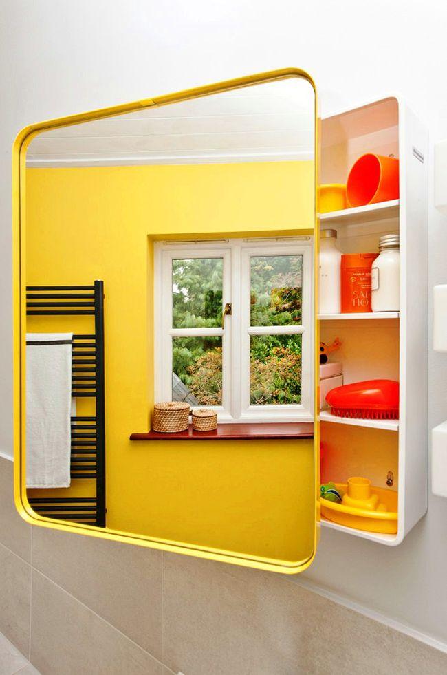 шкаф-зеркало в желтой ванной