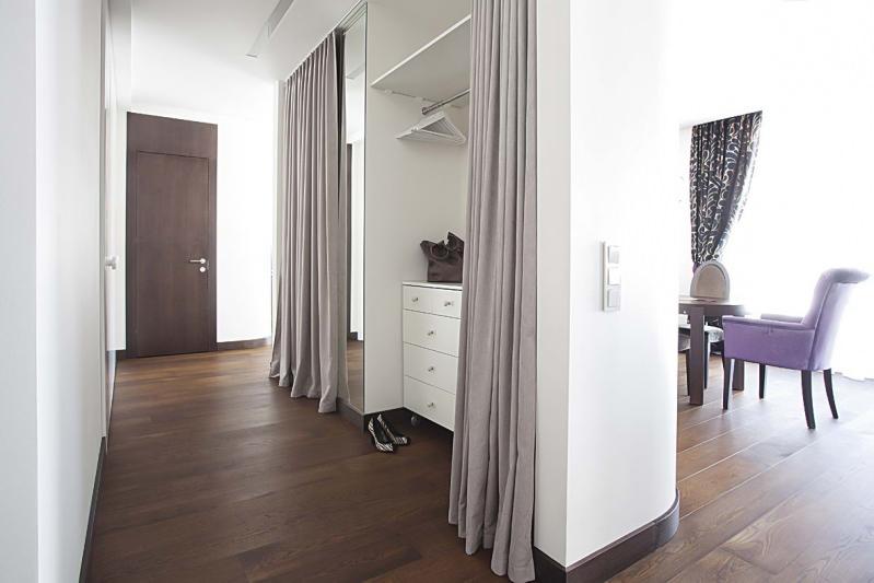 шкаф со шторами в виде перегородки для прихожей