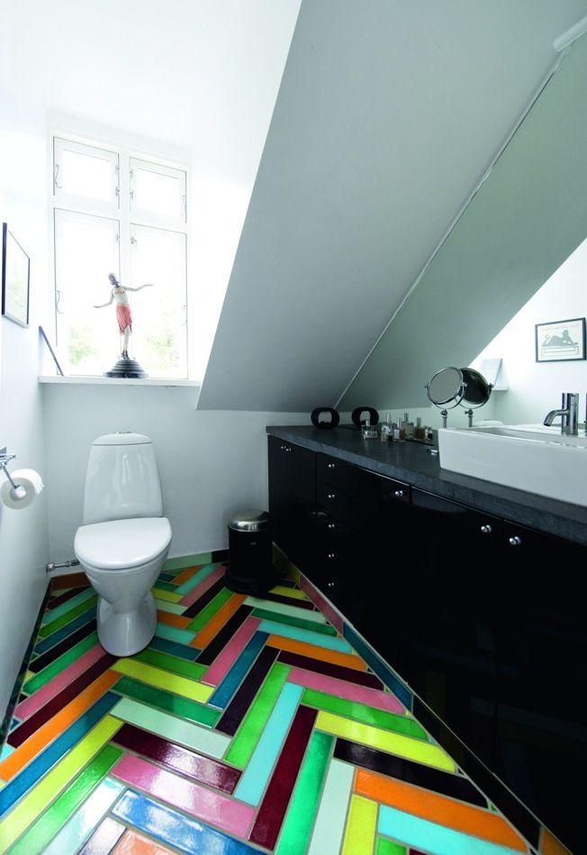 яркая плитка в туалете на полу