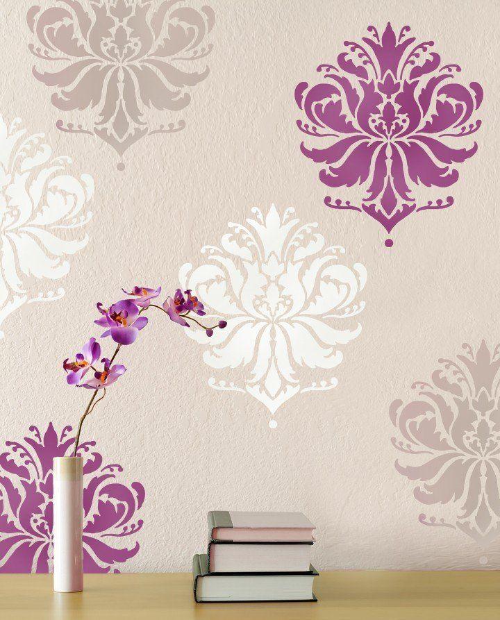 яркие цветы на стене