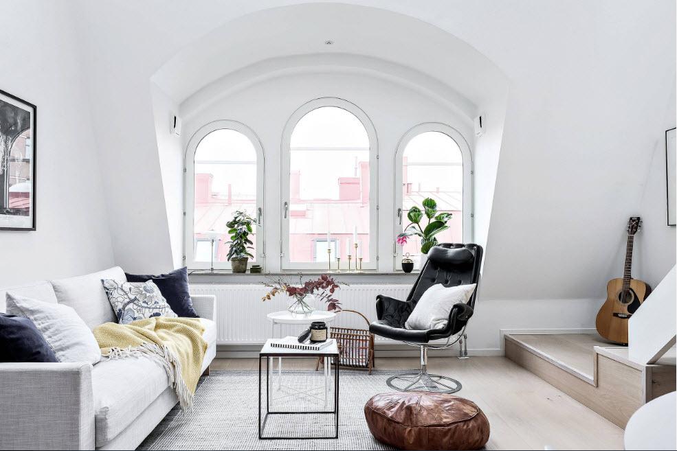 Гостиная с арочными окнами