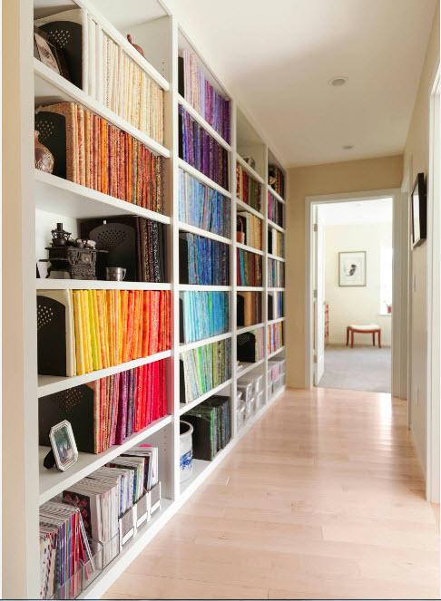 Яркий книжный стеллаж