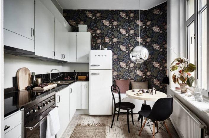 Дизайн кухни с отделкой обоями 2018