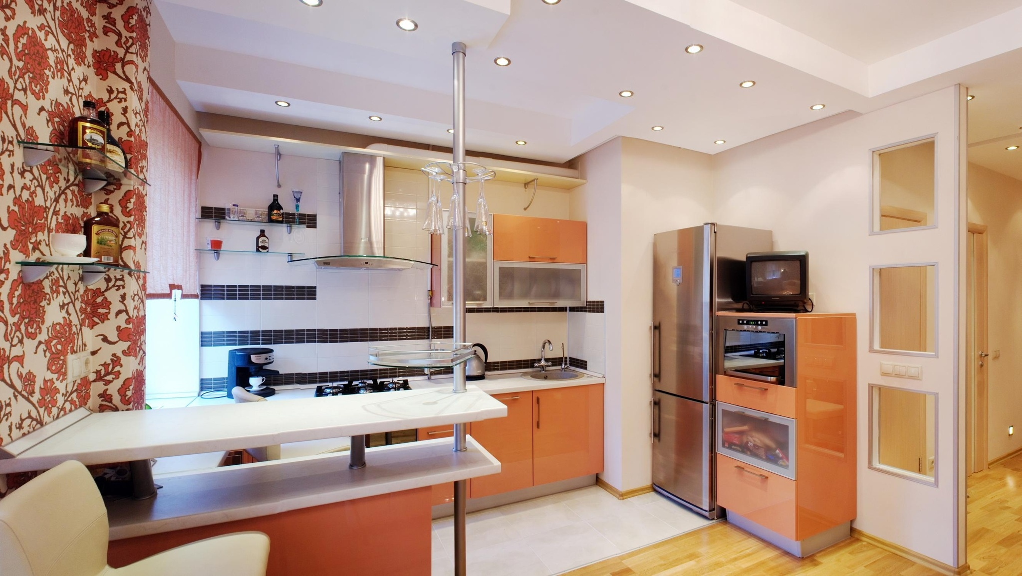барная стойка в оранжевой кухни