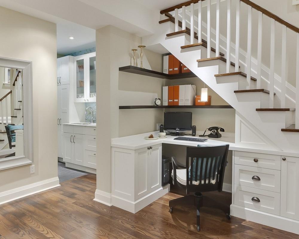 белая лестница с коричневыми ступеньками