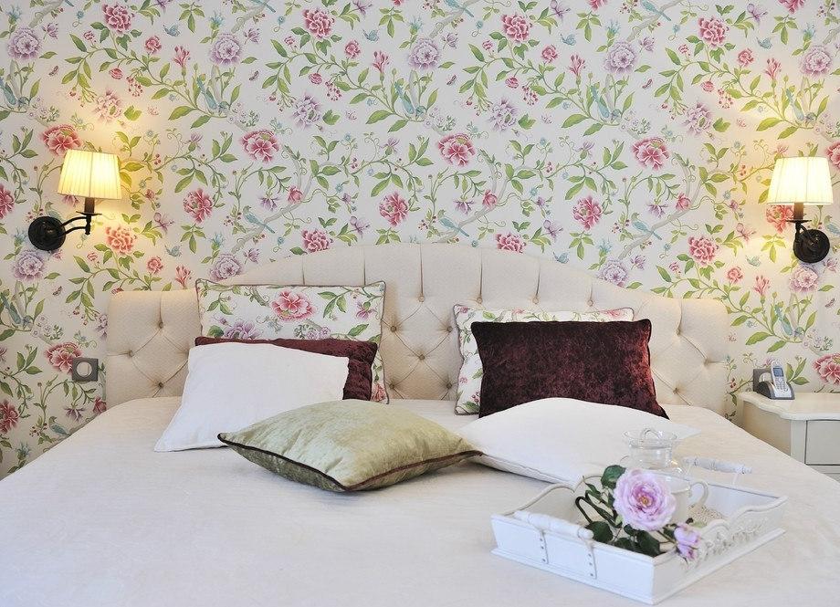 белая спальня с цветными принтами