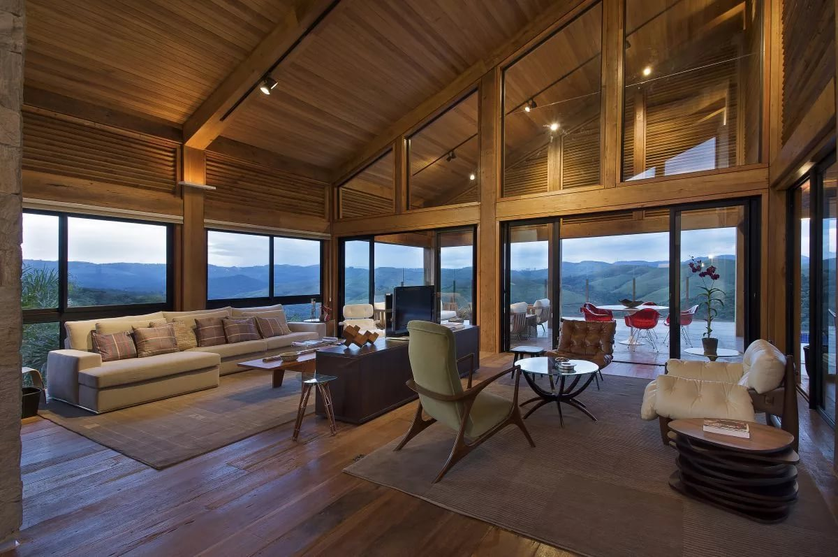 гостиная на мансарде в деревянном доме