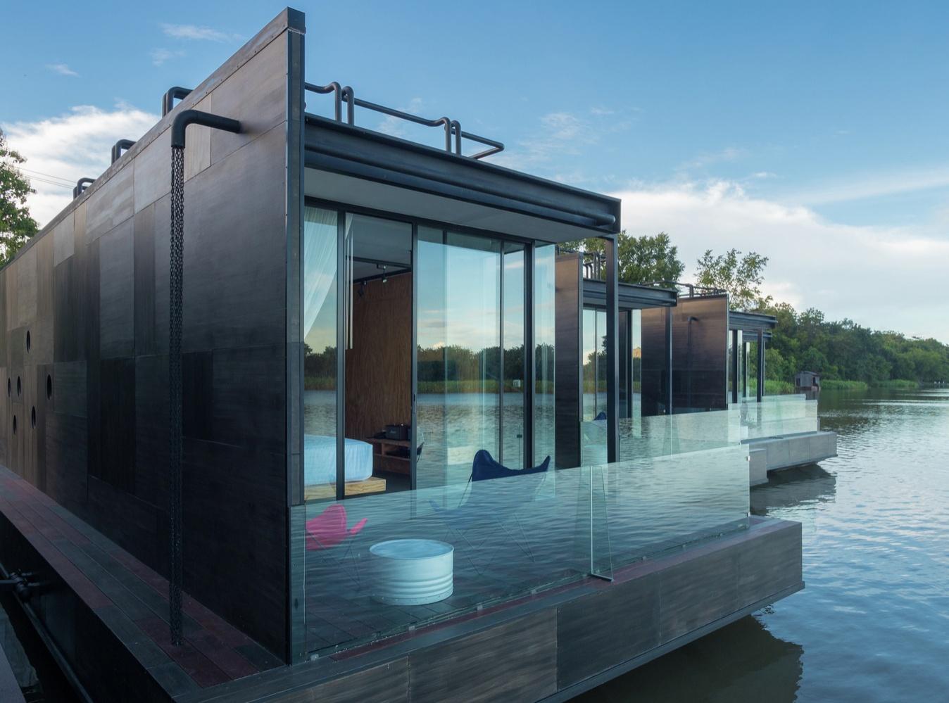 деревянный дом на озере