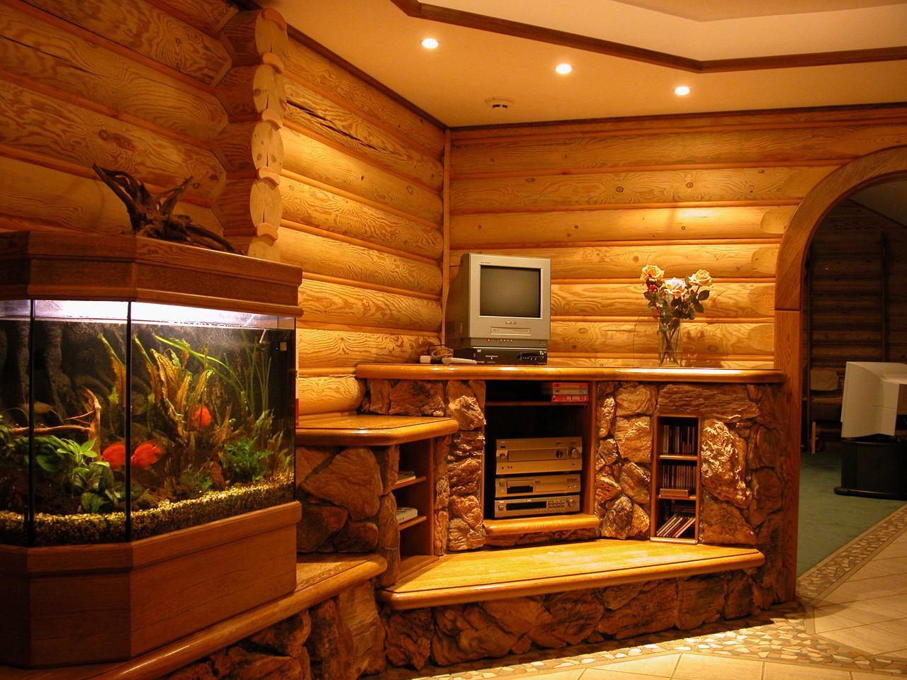 деревянный дом с аквариумом