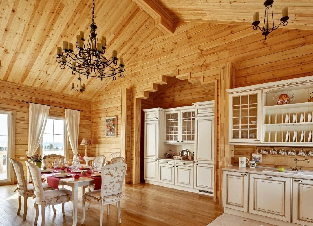 деревянный дом с белой кухней